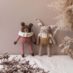 Doudou lapin salopette moutarde Main sauvage