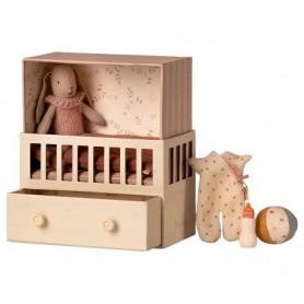 Bébé lapin dans sa chambre - Maileg - rose