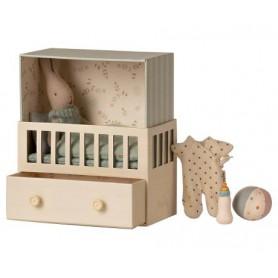 Bébé lapin dans sa chambre - Maileg - Bleu